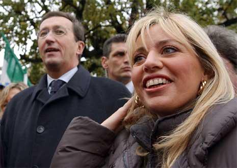 Alessandra Mussolini danner et nytt parti etter at lederen for Nasjonalalliansen, Gianfranco Fini i forrige uke tok et definitivt oppgjør med Italias tidligere diktator Benito Mussolini. (AP Photo/Luca Bruno/file)