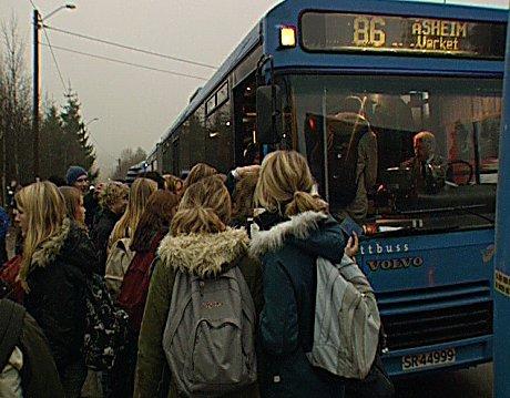 41 prosent av elevene verd Røyken vgs sier de daglig må stå i skolebussen. Foto: Knut Brendhagen