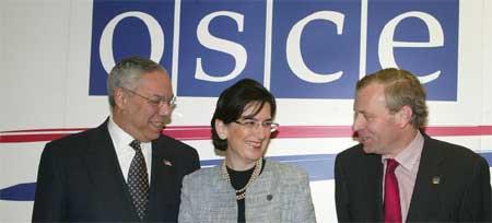 Georgias president Nino Burdzhanadze flankert av Powell (til v) og OSSEs president, nederlenderen Jaap de Hoop (Scanpix/AP)