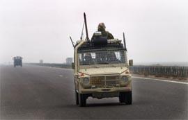 Norske soldater i Irak blir møtt av steinkastende irakere. (Gunnar Lier, Scanpix)