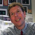 """Paul Matthews har skrevet boken """"Med dikteren på hjernen"""". Foto: NRK"""