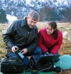 Erling og Unni sjekkar måleinstrumentet som viser jordmagnetismen. Foto: NRK
