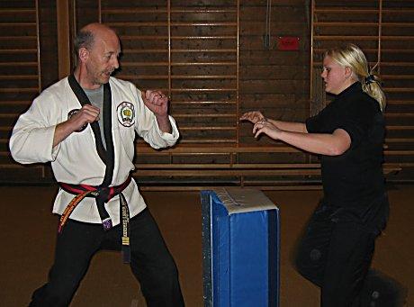 Irene Holtet lærer seg noen selvforsvarstriks av intruktør Ronald Patrick Steffensen.