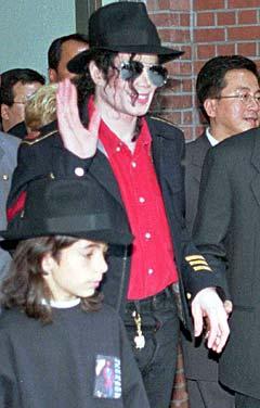 Omer Bhatti (12) fra Holmlia utenfor Oslo sammen med sitt idol Michael Jackson i Seoul etter et besøkt til et katolsk senter i 1996. Foto: AP Photo, Yun Jai-hyoung / Scanpix.