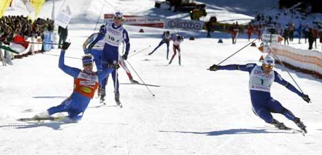 Tor Arne Hetland (t.h.) kaster seg over mål og vinner foran Peter Larsson. (Foto: Jon Eeg / SCANPIX)