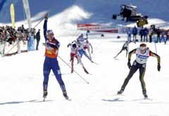 Marit Bjørgen (t.v) jubler i det hun vinner sprintstafetten. (Foto: Jon Eeg / SCANPIX)