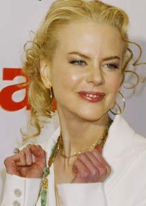 """Nicole Kidman på premieren til """"Cold Mountain"""" 7. desember. Ringen hun har på høyre hånd er den samme sladrepressen påstår hun har fått av Lenny Kravtiz (Foto: Reuters/Scanpix)"""