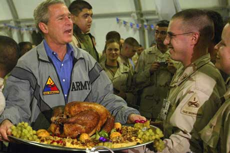 President George W. Bush med kalkunbrettet i messehallen i Bagdad. (Foto: Anja Niedringhaus / AP / Scanpix)