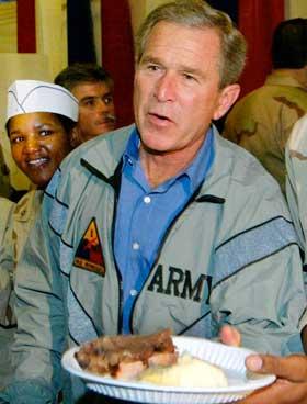 Presidenten fotografert med meir normal mat på tallerken. (Foto: Larry Downing / Reuters / Scanpix)