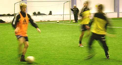 Kristoffer Paulsen og Håvard Halvorsen på første trening etter ferien. I bakgrunnen trener Jan Erik Bjerk. Foto: Bjarne Hagen, NRK.