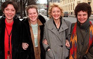 Katja Medbøe, Anne-Marie Ottersen, Frøydis Armand og regissør Anja Breien har laget tre Hustruer-filmer, den siste i 1996 (Foto: Jon Eeg/Scanpix)
