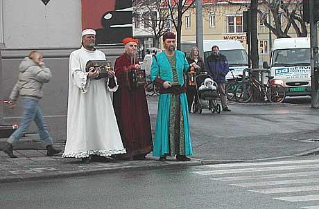 Hvordan krysser de tre konger en sterkt trafikkert motorvei? Foto: Arne Kritsian Gansmo, nrk.no/musikk.