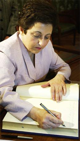 Shirin Ebadi signerer fredsprisprotokollen på Nobelinstituttet i Oslo. (Scanpix-foto)