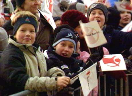 Spente skolebarn venter på Fredsprisvinneren. (Foto: NRK)