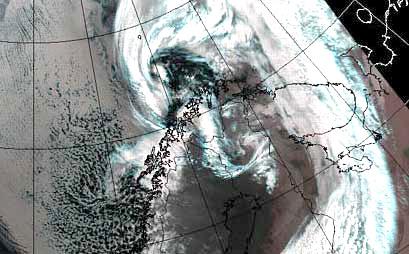 Satelittbilde av stormen Clara da den passerte Nord-Norge. Inntegnet konturene av norskekysten.