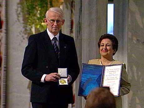 Shirin Ebadi mottok fredsprisen i et fullsatt Oslo Rådhus. (Foto: NRK)
