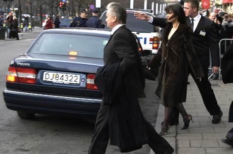 Michael Douglas og hans kone Catherine Zeta-Jones forlater Grand Hotel på vei til årets fredsprisutdeling i Oslo Rådhus, Foto: Scanpix