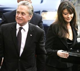 Michael Douglas og hans kone Catherine Zeta-Jones på vei inn til utdelingen av fredsprisen i rådhuset. Foto: Scanpix