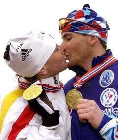 Raphael Poiree og Liv Grete Skjelbreid tok hvert sitt VM-gull i fellesstart i løpet av en drøy time i Holmenkollen i 2000. (Foto: AP/Scanpix)