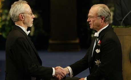 J.M. Coetzee mottok nobelprisen i litteratur av kong Carl Gustav (Foto: