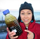 Unni har fått ei flaske med råolje til koking. Foto: Ingelin Røssland