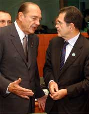 Intense samtaler har i dag ført til at EU har tatt et steg nærmere et selvstendig forsvar. Den franske presidenten Jacques Chirac diskuterer her med Europakommisjonens leder Romano Prodi(AP Photo/Yves Logghe)