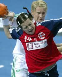 Elisabeth Hilmo scorer mot Ungarn (Foto: AFP/Attila Kisbenedek)