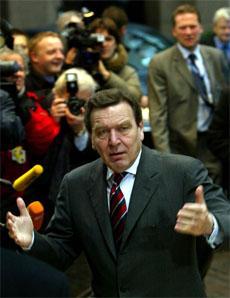Tysklands forbundskansler Gerhard Schröder vil endre stemmereglene i EU. Polen nekter å bøye av. (Foto: Reuters/Scanpix)