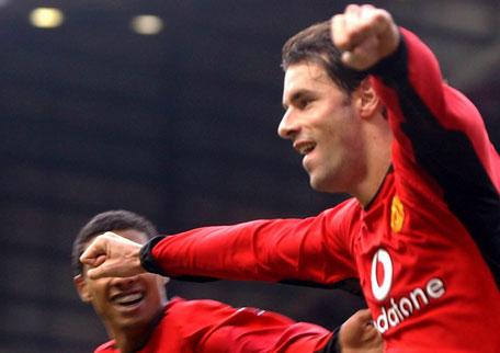 Ruud van Nistelrooy er nå bare et mål bak Shearer på toppscorerlisten (Foto: AP)