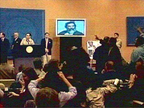 Irakiske journalister jublet da videoopptak av den pågrepne Saddam Hussein ble vist under pressekonferansen. (Foto: Reuters)