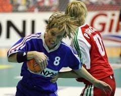 Franske Pecqueux Rolland kommer seg forbi ungarske Krisztina Pigniczki. (Foto: AP/Scanpix)