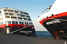 Søsterskipene MS Trollfjord og MS Midnatsol. Foto: TFDS.