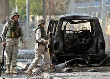 USA-soldater sjekker åstedet for den andre selvmordsbomben vest i Bagdad. (Foto: A.Saleh, Reuters)