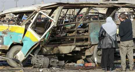 Den utbrente minibussen. (Foto: AFP/C. Bouroncle)