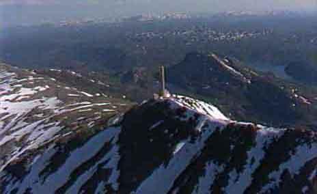 På toppen kan du nyte utsikten fra fjellet. Foto: Steinar Apalnes