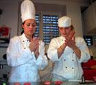 Unni og Karina lager marsipan for harde livet. Foto: Frida J. Krüger