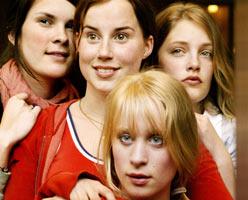 "De unge debutantene i ""Bare Bea"", Ida Thurmann-Moe, Kaia Foss, Maria Gullaksen Brinch og Kamilla Grønli Hartvig (Foto: Virre Dahl/Maipo)"