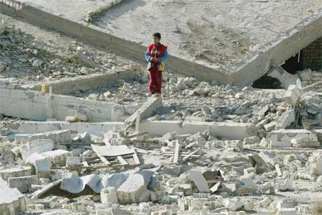 Ein liten gut i ruinane av det som ein gong var SCIRI-hovudkvarteret i Bagdad. (Foto: Reuters-Scanpix)
