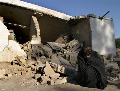 Denne kvinna fekk heimen sin øydelagd i eksplosjonen. (Foto: Reuters-Scanpix)