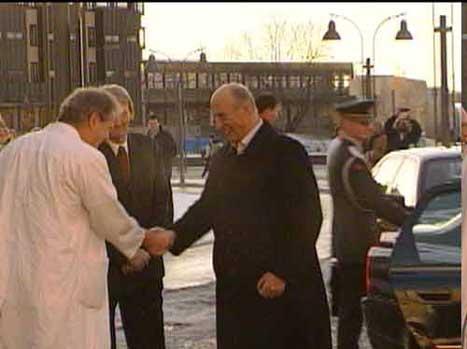 Kong Harald takkar for seg på Rikshospitalet. (NRK-foto)