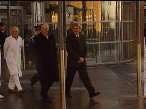 Kong Harald på veg ut frå Rikshospitalet, etter at han vart utskriven i dag. (NRK-foto)