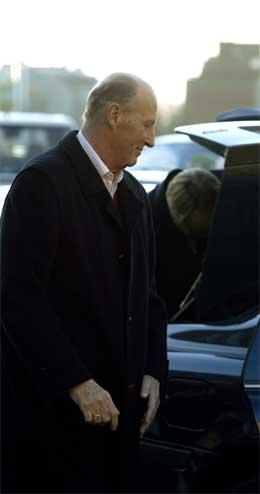 Kong Harald på veg inn i bilen som skal frakte han til Kongssetra. (Foto: Knut Falch/Scanpix)