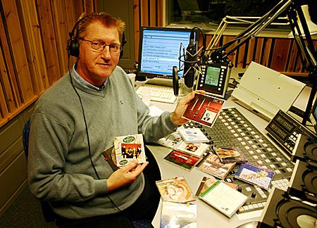 Hans-Jørgen Olsen deler kjentfolks julemusikk med P1-lytterne. (Foto: NRK/Jon-Annar Fordal)