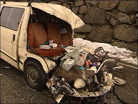 Frå ulukka på riksveg 5 langs Kjøsnesfjorden i desember 2003. Foto: Steinar Lote