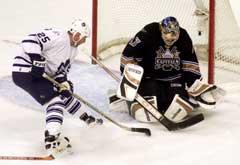 Olaf Kolzig redder et skudd fra Toronto Maple Leafs Joe Nieuwendyk. (Foto: Reuters/Scanpix)