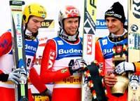 På seierspallen i Engelberg sammen med Janne Ahonen (nr. 2) og Martin Hoellwarth (nr. 3) (AP Photo/Keystone/Steffen Schmidt)