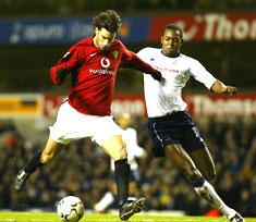 """Ruud van Nistelrooy scorer mot Tottenham, mens Anthony Gardner får """"gleden"""" av å være sist på ballen (Foto: Scanpix)"""