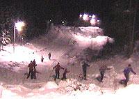 Både gamle og unge har funnet veien til lysløypene, og det meldes om brukbare snøforhold i Østfold. Foto: NRK