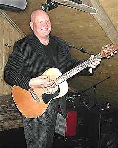 Når Frode henter fram gitaren og slår til med Tahiti-sangen, er alle med. Foto: Kjell Herskedal, NTB.