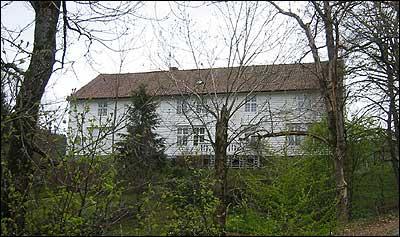 Hovudbygningen vart bygt i 1790. (Foto: Ottar Starheim, NRK © 2003)